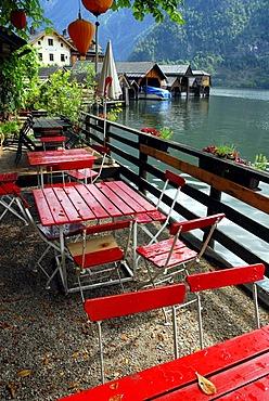 Cafe terrace at the Hallstaetter See, Lake Hallstatt, Hallstatt, UNESCO World Heritage Site, Salzkammergut, Alps, Upper Austria, Europe