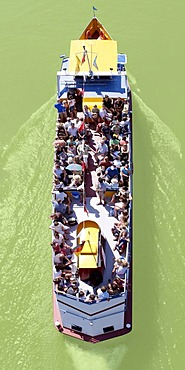 Full excursion boat, from above