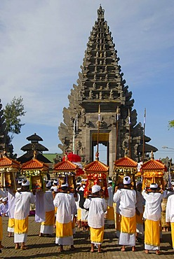 Balinese Hinduism, gathering of believers, ceremony, believers in bright temple dress carrying shrines, in the back a temple tower, Pura Ulun Danu Batur temple, Batur village, Bali, Indonesia, Southeast Asia, Asia