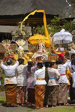 Bali Hinduism, believers, women, dressed in festive clothes carrying offerings on their heads, Pura Ulun Danu Bratan Temple, Bratan Lake, Bedugul, Bali, Indonesia, Southeast Asia, Asia