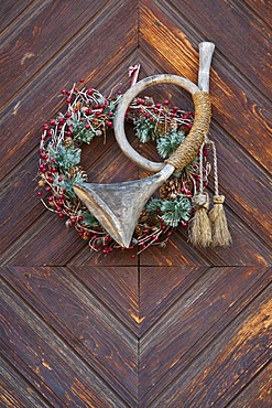 Hunting horn made of wood, door decoration, wreath, Christmas decorations, Tuebingen-Bebenhausen, Baden-Wuerttemberg, Germany, Europe
