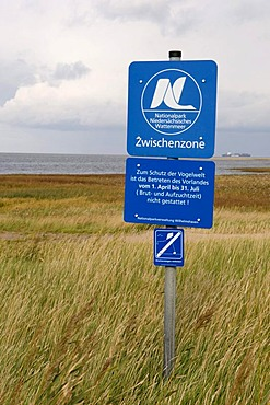 "Sign ""Nationalpark Niedersaechsisches Wattenmeer"", Lower Saxony Wadden Sea National Park in the salt marshes, North Sea resort Cuxhaven, Lower Saxony, Germany, Europe"