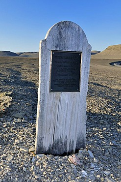 Grave of Thomas Morgan, member of the famous lost Franklin Expedition, Northwest Passage, Beechey Island, Lancaster Sound, Nunavut, Canada, Arctic
