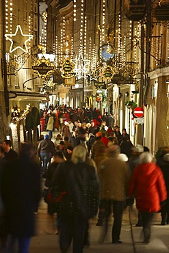 Christmas shopping in the old town of Salzburg, Getreidegasse, Salzburg, Austria, Europe