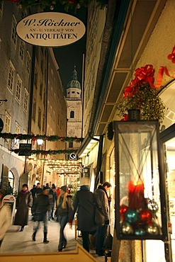 Christmas shopping in the Goldgasse lane, old town, Salzburg, Austria, Europe