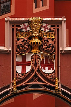 """Crest above the archway at the guest house """"Haus zur Rose"""" 1516, Freiburg, Germany, Europe"""