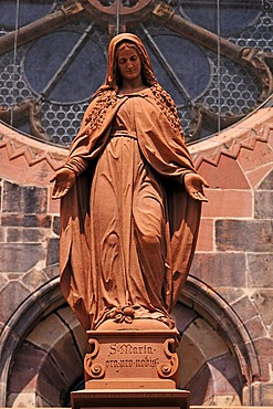 Figure of the Virgin Mary at the entrance to the Freiburg Cathedral, Muensterplatz cathedral square, Freiburg, Baden-Wuerttemberg, Germany, Europe