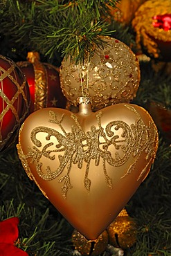 Heart and Christmas bauble as tree ornaments on a Christmas tree, Villa Ambiente, Im Weller, Nuremberg, Middle Franconia, Bavaria, Germany, Europe
