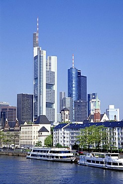 Boats and houses on the Main River, Mainkai, skyline of the financial district in the back, Frankfurt am Main, Hesse, Germany, Europe