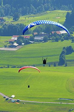 Paragliders beside the Hoernerbahn cable car at Bolsterlang, Hoernerdoerfer, Allgaeu, Bavaria, Germany, Europe