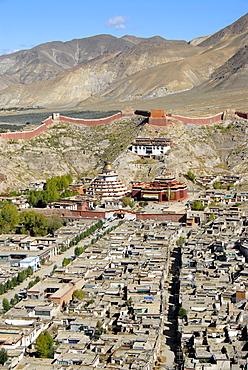 Tibetan Buddhism, Pelkor Choede Monastery with a Kumbum stupa behind the historic centre, Balkor Monastery, Gyantse, Himalayas, Tibet Autonomous Region, People's Republic of China, Asia
