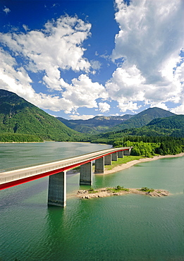 Bridge across the Sylvenstein storage lake in the Isarwinkel in front of the Karwendel mountains, Upper Bavaria, Germany, Europe