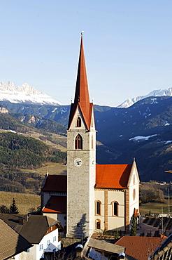 Parish church Saint Lucia, Unterinn in front of Rosengarten and Latemar mountain ranges, Ritten South Tyrol, Italy