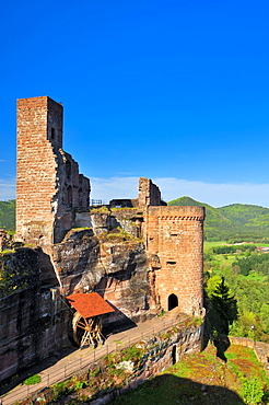 View from the Grafendahn castle ruins to the Altdahn castle ruins, Dahn, Naturpark Pfaelzerwald nature reserve, Palatinate, Rhineland-Palatinate, Germany, Europe