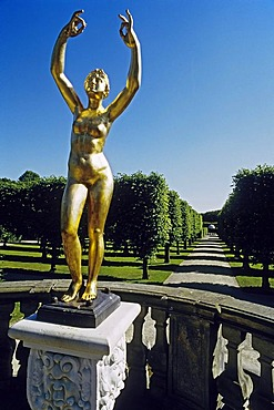 Female statue with raised arms, naked, gold-plated, Garden Theatre, Grosser Garten, Large Garden, Herrenhaeuser Gardens, Hanover, Lower Saxony, Germany, Europe