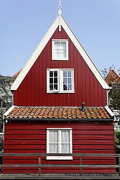 Small, red wooden house, historic city De Rijp near Alkmaar, Province of North Holland, Netherlands, Europe