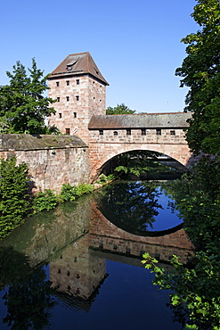 Old city wall with arched Steubenbruecke bridge, tower, Pegnitz, river, reflection, old town, Nuremberg, Middel Franconia, Franconia, Bavaria, Germany, Europe
