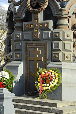 Commemoration wreath at front of the monument to the heroes of Plevna, center of Moscow, Russia