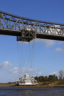 Ferry bridge on the railway viaduct above the Kiel Canal between Rendsburg and Osterroenfeld, Rendsburg, Schleswig-Holstein, Germany