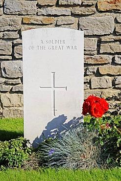 White grave stone, unknown, anonymous, soldier's graves, war graves, the fallen, Terlincthun British war cemetery, world war, Wimille, Boulogne sur Mer, Nord Pas de Calais, France, Europe