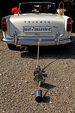 Car with 'just married' and trail of cans, Hersbruck, Middle Franconia, Bavaria, Germany, Europe