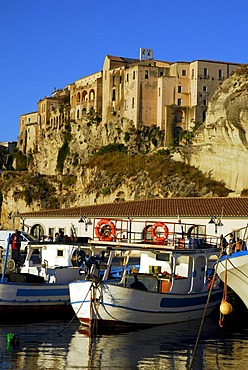 Medieval city palaces, Palazzi, built on rock at the steep cliffs, fishing boats in the port, Marina del Vescovado, Porto di Tropea, Vibo Valentia, Calabria, Tyrrhenian Sea, South Italy, Italy, Europe