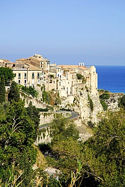 Medieval town palaces with a sea view, Palazzi, on rocks of a steep coast, Tropea, Vibo Valentia, Calabria, Tyrrhenian Sea, South Italy, Europe
