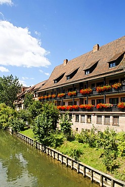Pegnitz River, house decorated with flowers in the Heilig Geist Spital, historic city centre, Nuremberg, Middle Franconia, Bavaria, Germany, Europe