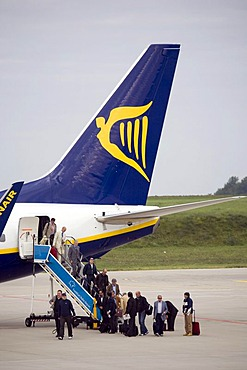 Passengers leaving a Boeing 737 of the low cost airline Ryanair at Frankfurt-Hahn Airport, Hahn Airport, in Hunsrueck near Simmern, Rhineland-Palatinate, Germany, Europe