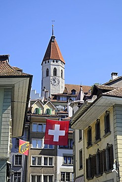 Thun Castle, facades of houses, Swiss flag, historic district, Thun, Canton of Berne, Switzerland, Europe