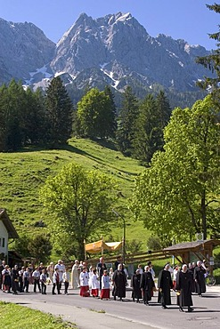 Grainau Werdenfelser Land country of Werdenfels district of Garmisch-Partenkirchen Upper Bavaria Germany Corpus Christi Procession in front of the Zugspitze Wetterstein mountains