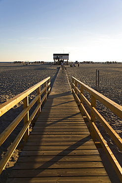 Pier crossing the beach, leading to the pike dwellings in the mudflats of St. Peter-Ording, North Frisia, Schleswig-Holstein, North Germany, Europe