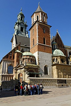 People in front of the Cathedral on Wawel Hill, UNESCO World Heritage Site, Krakow, Poland, Europe
