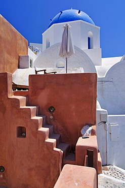 Inner courtyard with stairs, domed church, typical Cycladic architectural style, Oia, Ia, Santorini, Cyclades, Greece, Europe