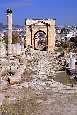 Cardo Maximus (main street) with triumphal arch, Jerash, the ancient Gerasa, Jordan