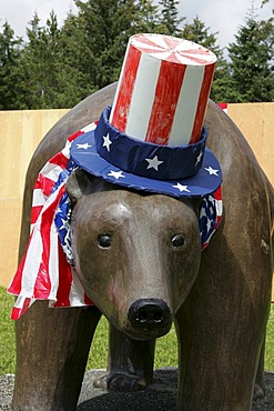 USA, United States of America, Alaska, Gustavus: 4th July, Independence day party in Gustavus, a village with 400 residents. After a short parade, they fly the flag, sing the national anthem. Followed by a BBQ, funny contests like bubble gum blowing, hors
