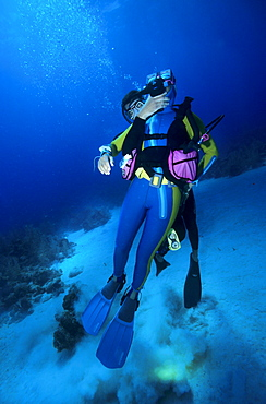 Rescue and emergency rise of an unsuccessful diver by a rescue diver.
