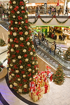 Christmas decorations and customers doing their christmas shopping in the mall, Neu Isenburg, Hesse, Germany