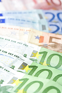 Euro notes fanned out