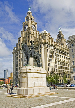Liverpool, GBR, 22. Aug. 2005 - Royal Liver Building with a statue of Edward VII. in front at Liverpool harbour.