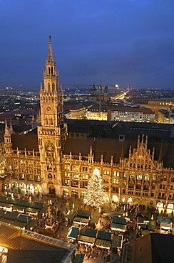 Munich, GER, 06. Dec. 2005 - Nightshot of the New Townhall (Neues Rathaus) with christmas market at Marienplatz in Munich
