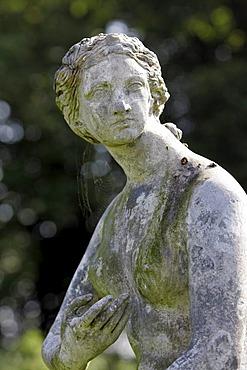 York, GBR, 17. August 2005 - Figure of Venus de Medici in the Walled Garden of Castle Howard nearby York.