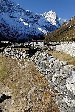 Sherpa village Thame, Thame Khola valley with Tengkang Poche (6500), Sagarmatha National Park, Khumbu Himal, Nepal