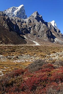 Lobuche Khola valley with Cholatse (6335) and Arakamtse (6423), Khumbu Himal, Sagarmatha National Park, Nepal