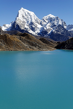 View from Gokyo lake (Dudh Pokhari) over Ngozumpa Glacier towards Arakamtse (6423) und Cholatse (6335), Sagarmatha National Park, Khumbu Himal, Nepal