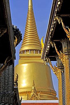 Golden Chedi (Phra Sri Ratana) in Wat Phra Kaeo Grand Palace (Temple of the Emerald Buddha), Bangkok, Thailand, Southeast Asia, Asia