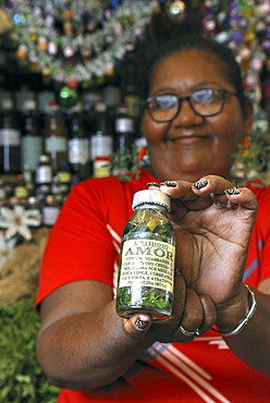 """Witch woman selling love essence made of products of the Amazon rainforest, """"Ver-O-Peso"""" market, Belem, Para, Brazil"""