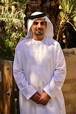 Local man wearing typical dishdasha, white robe, Abu Dhabi, United Arab Emirates, Arabian Peninsula, Asia