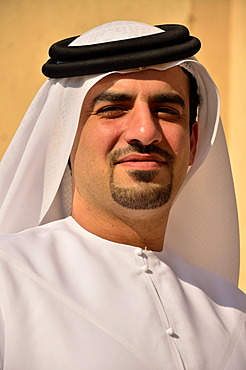 Arabian man wearing a typical dishdasha, white cape, Abu Dhabi, United Arab Emirates, Arabian Peninsula, Asia