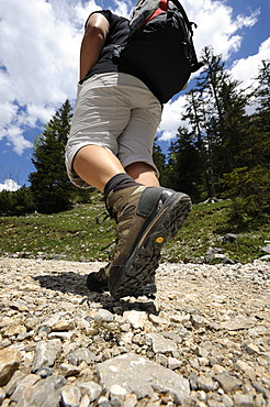 Young woman hiking, climb to Plumsjoch in the Karwendel Mountains, Rissbachtal, Tyrol, Austria, Europe